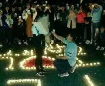 女生下跪求婚女生 高校女生下跪向女生求婚